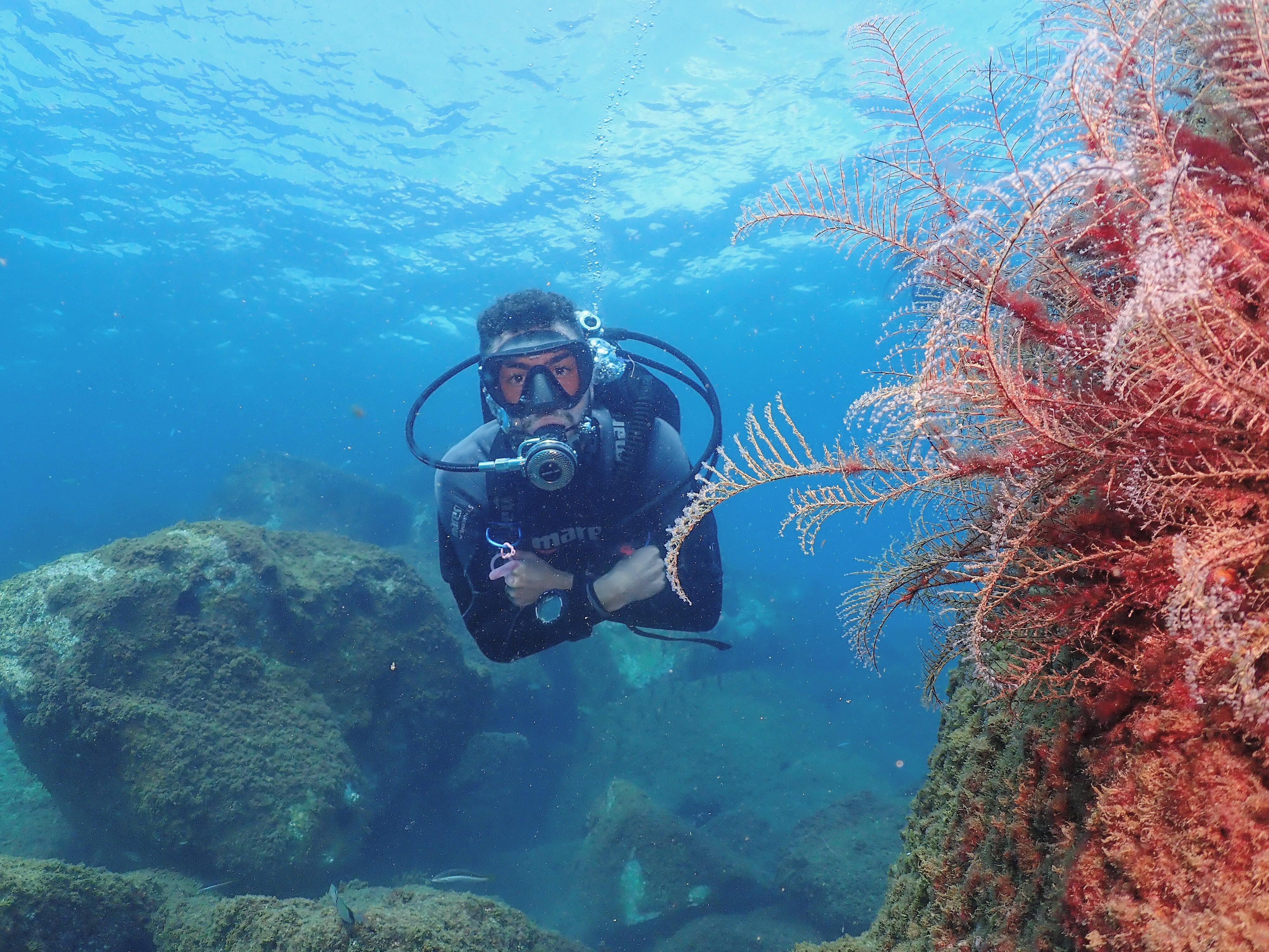 Descubre el mundo subacuático mediante el buceo - Oscar Cobo Traver, instructor de buceo en Barcelona.
