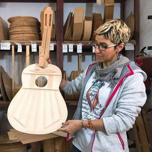 Pasión y tradición aunadas para crear las mejores guitarras españolas - Chari Bernal y Francisco J. Benítez, fabricantes artesanos de guitarras españolas en Cádiz.