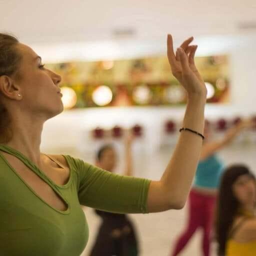 Disfruta del ritmo oriental liberando tus movimientos - Rosa Mondaray, profesora de danza oriental en Madrid.