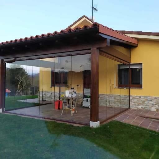 Aprovecha tu espacio al máximo con cortinas de cristal - Javier M., gerente de Cristalar, expertos en cerramientos exteriores personalizados en España y Portugal.