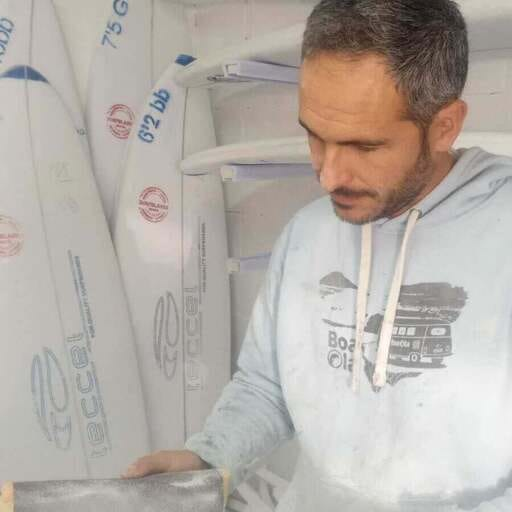 Tablas artesanales de surf a un precio accesible - Nicolás, fabricante de tablas de surf económicas en La Coruña.
